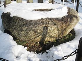 雪の影向石